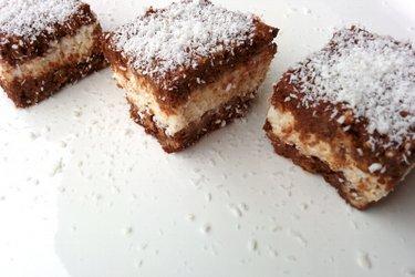 Шоколадные пирожные с творожно-кокосовой начинкой