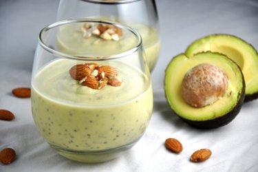 Пудинг из авокадо с семенами чиа