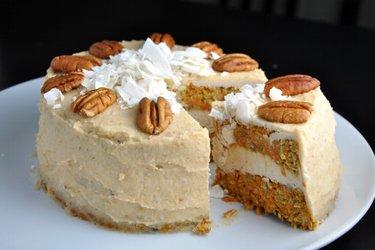 Морковный торт с кремом из кокоса и кешью - без муки и сахара