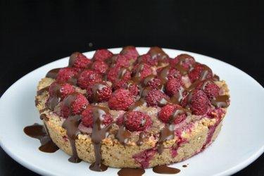 Малиновый торт с шоколадной начинкой из авокадо (без глютена)