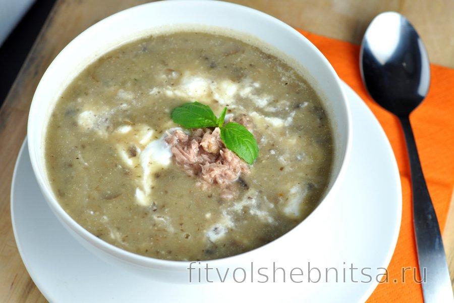 Простой суп с грибами, картофелем и тунцом