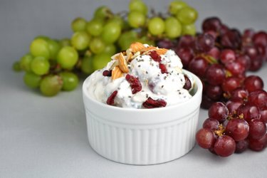 Легкий салат со сметаной и виноградом