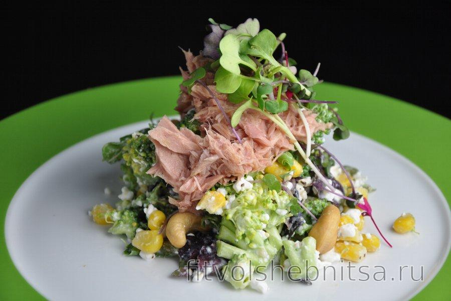Полезный салат с брокколи, творогом, тунцом и кукурузой
