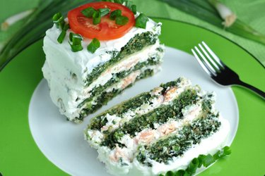 Полезный несладкий пирог с лососем и шпинатом