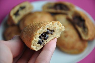 Пирожки из цельнозерновой муки с шоколадной начинкой из крупки какао