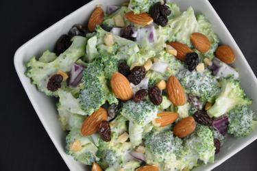 Салат из брокколи с изюмом и миндалем