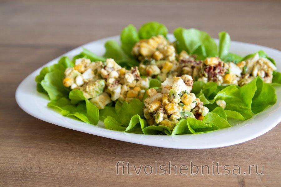 Полезный салат с авокадо и яйцом