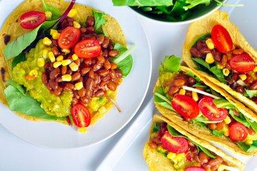 Кукурузные лепешки с авокадо и фасолью