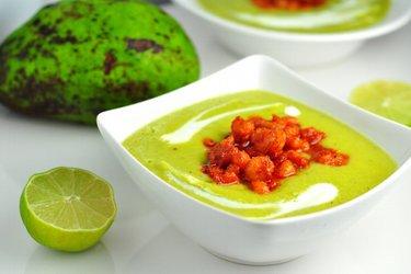 Холодный суп из авокадо с острыми креветками