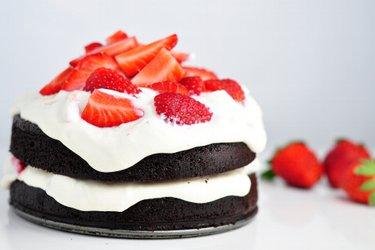 Полезный торт с какао и клубнично-творожным кремом без муки