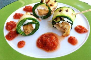 Рулетики из цукини с курицей и творогом под томатным соусом