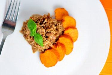 Вкусная медовая «рваная курица» со сладким картофелем