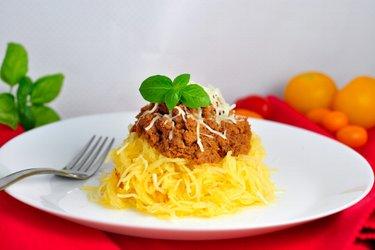Спагетти-сквош с фаршем из индейки в томатном соусе