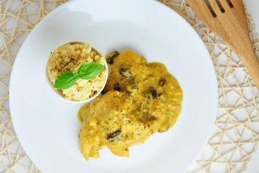 Экзотическая куриная грудка в манго-кокосовом соусе с пшеном