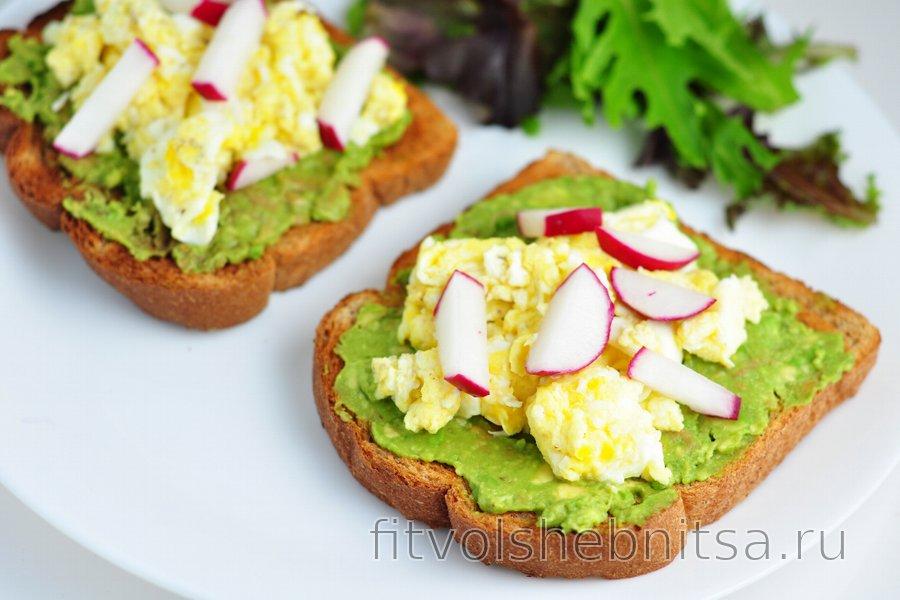 Полезные тосты с авокадо, яйцом и редиской