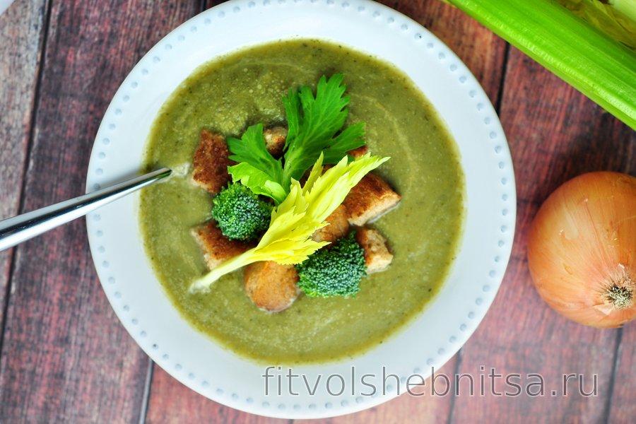 Простой суп из сельдерея и брокколи