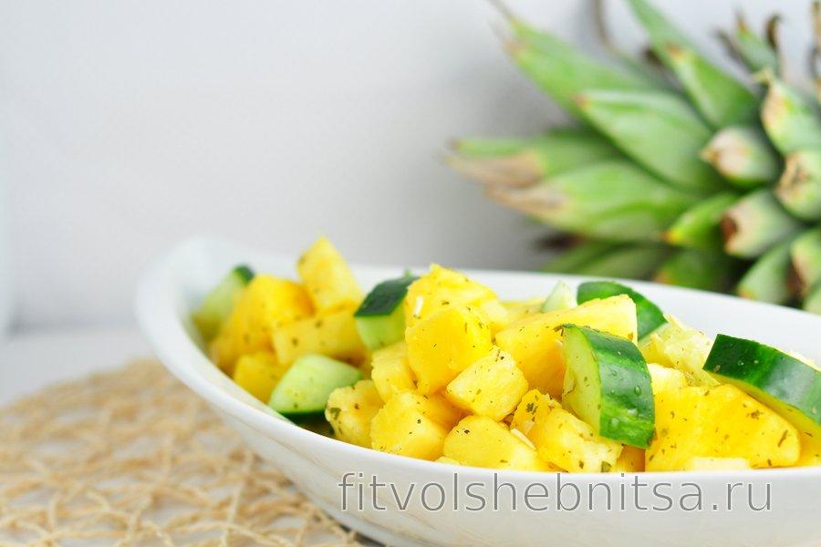 Освежающий салат с ананасом и огурцом