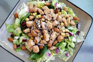 Салат из курицы с красным луком и миндалем