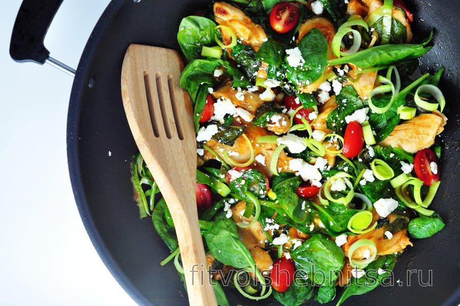 Куриные бедра со шпинатом и луком-пореем в томатном соусе