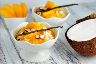 Полезный молочный рисовый пудинг с манго и ванилью