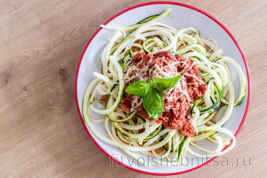 Диетические «спагетти» из цукини под соусом из тунца