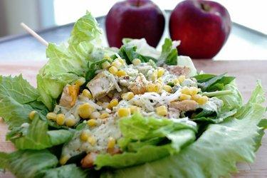 Легкий куриный сэндвич в листьях салата с соусом из авокадо