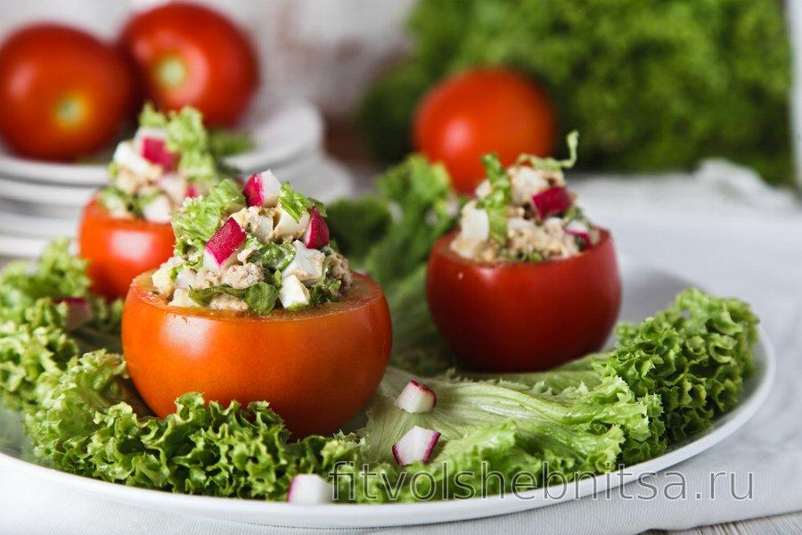Помидоры, фаршированные салатом из тунца и яиц