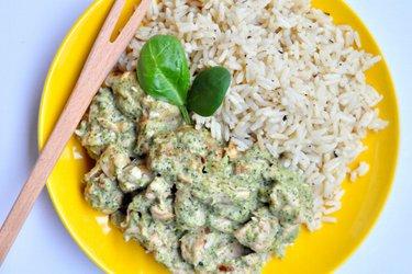 Легкое соте из курицы с соусом из брокколи и голубого сыра