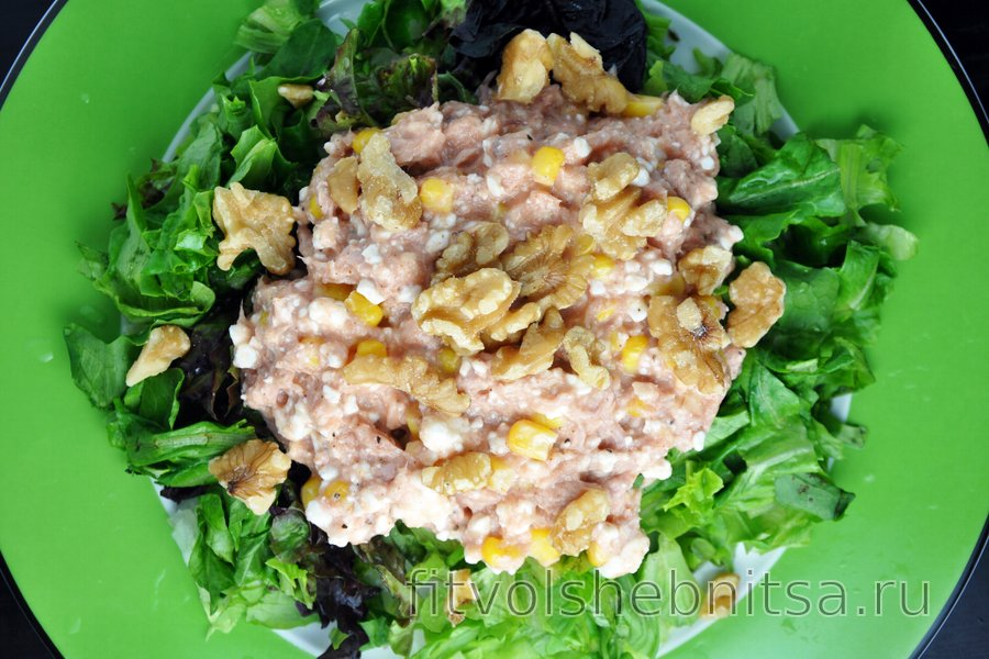 Салат из тунца с творогом, кукурузой и грецкими орехами