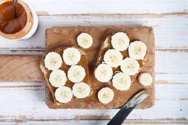 Тосты из цельнозернового хлеба с бананом и арахисовым маслом
