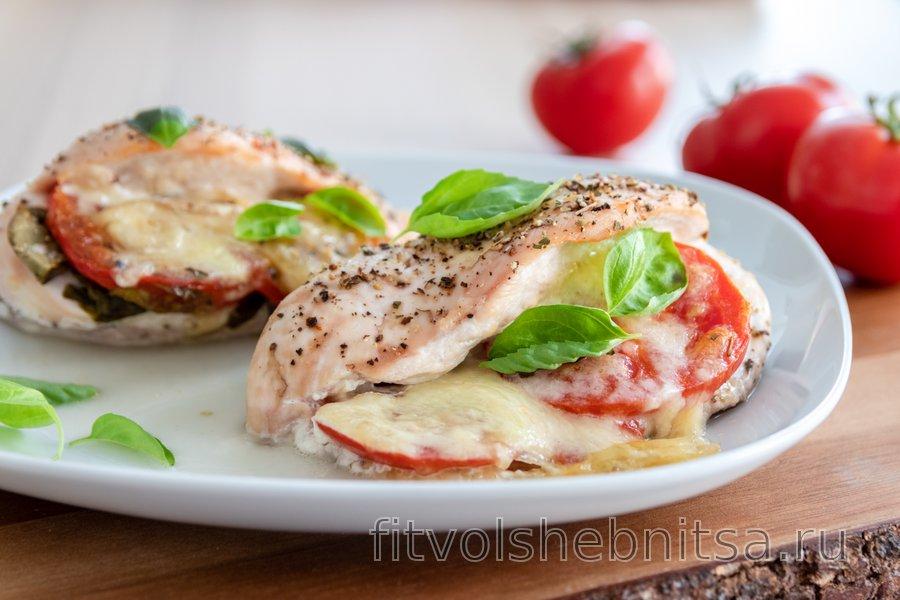 Запеченная куриная грудка «Капрезе» с помидорами, базиликом и моцареллой