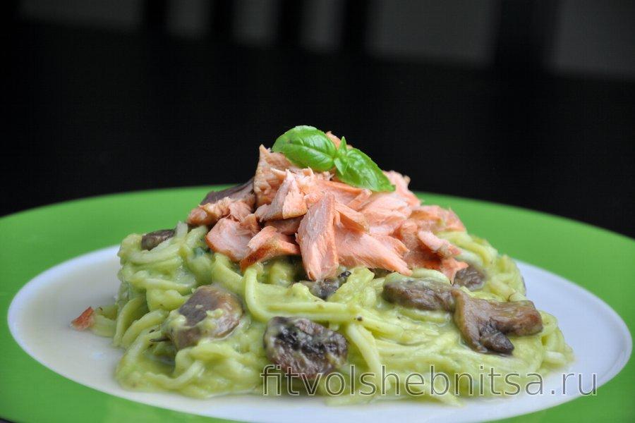 """""""Спагетти"""" из цукини с лососем в сливочном соусе из авокадо"""