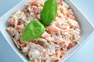 Салат из тунца с квашеной капустой, морковью и яблоками