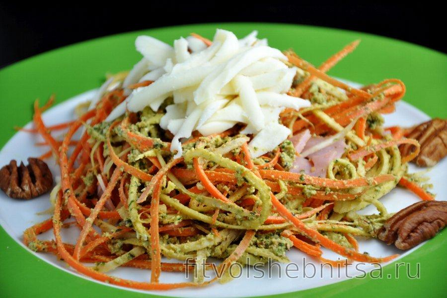"""""""Спагетти"""" из петрушки и моркови с соусом песто"""