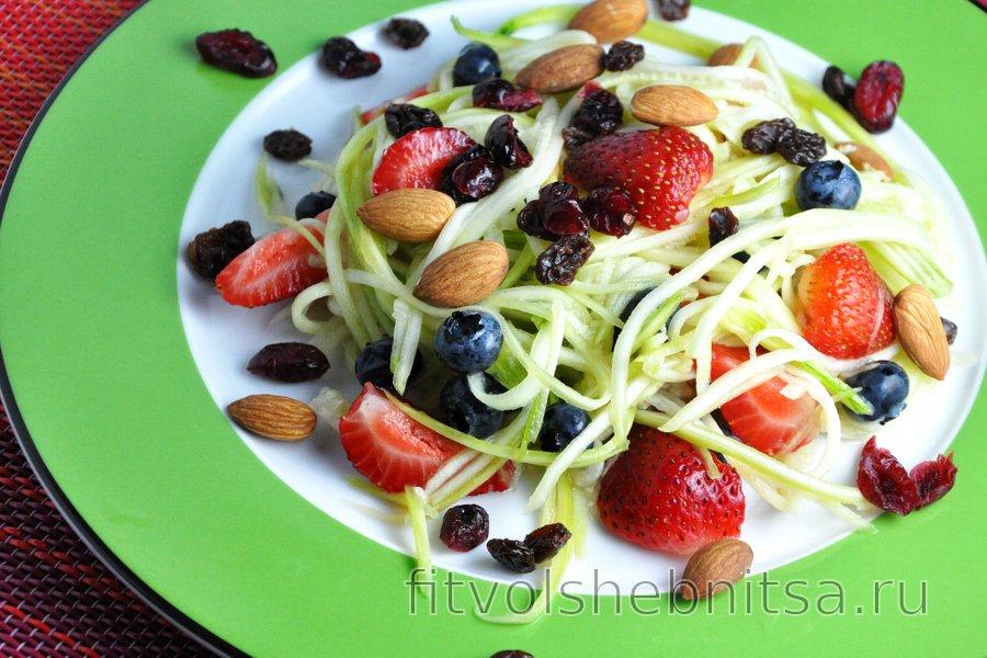 Салат из фруктов и цукини, заправленный лаймом